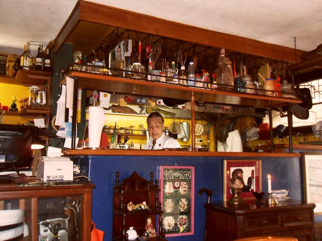 La cocina del restaurante y el frente del mostrador que da al comedor.